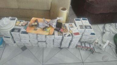 Dois são presos por roubo, tráfico de drogas e porte ilegal de armas em Sumaré, SP - No local da prisão, foi encontrada parte de uma carga de cigarros roubada na manhã de sexta-feira (7) em Americana (SP).