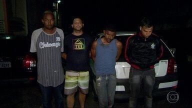 Policiais resgatam jovem que estava em cativeiro em Saracuruna - Seis bandidos foram presos. A mulher, de 26 anos, foi sequestrada quando estava passando de carro em Saracuruna, em Duque de Caxias.