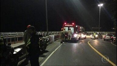 Motociclista fica ferido ao despencar da Avenida Niemeyer - O motociclista caiu no vão entre a Avenida Niemeyer e a ciclovia, na madrugada desta terça-feira (11).