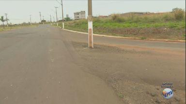 Postes localizados no meio de avenida atrapalham o trânsito em Santa Bárbara d'Oeste - Situação absurda acontece na Avenida Isaías Hermínio Romano.