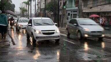 Especialista em trânsito fala sobre riscos da pista molhada no ES - Vários acidentes foram registrados durante a chuva na Grande Vitória.