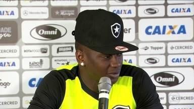 Botafogo treina para jogo contra Atlético-MG e Joel Carli é o desfalque - Sassá ainda não sabe se começa como titular ou se fica no banco.