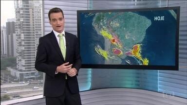 Previsão é de mais chuva forte em Santa Catarina - Em Santa Catarina, a chuva forte vai cair em pontos isolados do centro-oeste e do sul do estado. Nesta segunda (17), o pior está guardado para o Rio Grande do Sul, pois nuvens carregadas rondam a região. No Brasil todo, a previsão é de muito calor.