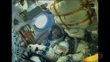 Nave russa Soyuz deixa a Terra para mais uma viagem à estação espacial internacional - Lançamento foi no cosmódromo de Baykonour no Cazaquistão. Três astronautas estão a bordo da nave: dois russos e um americano. Eles devem chegar à estação espacial só na sexta-feira (21) e devem ficar por lá por mais de quatro meses.
