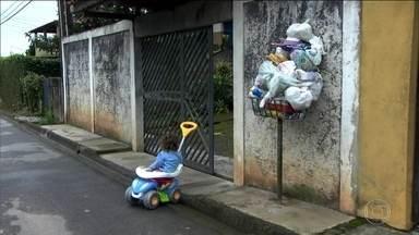 Problema na coleta de lixo prejudica moradores de Embu-Guaçu - A empresa terceirizada que fazia o serviço na cidade da Grande São Paulo rompeu o contrato com a prefeitura, que improvisou caminhões para fazer o trabalho.