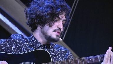 """Gabriel Leone canta """"Um Girassol da Cor do Seu Cabelo"""" - Música é um clássico do Clube da Esquina"""