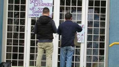 Estudantes deixam prédio da reitoria da UEPG - Agora eles estão acampados no Centro de Convivência.