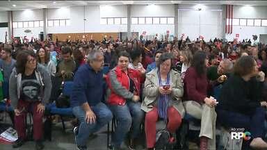 Professores participam de assembleia para decidir se terminam ou não a greve - Eles analisam a proposta do Governo do Estado apresentada na última quinta-feira.