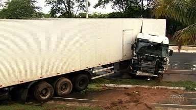 Motorista de carreta perde controle e invade ciclovia na GO-020, em Goiânia - PRE diz que chovia no momento e veículo não parou no asfalto molhado.