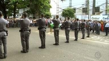 Corpos de capitão e tenente mortos em acidente são enterrados - Foi enterrado em Araçatuba (SP), na manhã deste sábado (22), com honras militares, o corpo do comandante dos bombeiros da cidade, morto nesta sexta-feira (21) em um acidente de carro na Rodovia Marechal Rondon, em Agudos (SP).