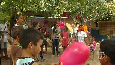 Escola Rodrigues dos Santos leva ações de saúde e de lazer à comunidade Santa Rosa - Comunidade fica na região do Eixo Forte. Alunos e professores participaram da atividade.