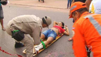 Mulher fica ferida em acidente na Fernando Guilhon - Ela estava em uma moto quando foi atingida por trás.