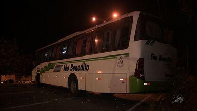 População depreda ônibus em Fortaleza em protesto contra morte de garoto - Mãe da vítima diz que jovem foi assassinado por policial.