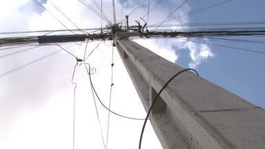 Moradores do Benedito Bentes estão assustados com problemas na fiação de rua - A Eletrobras informou que a companhia só responde pela fiação elétrica, mesmo que os fios de telefone tenham caído durante a troca de postes.