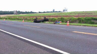 Motorista e passageiro saem praticamente ilesos de acidente na BR-369 - O carro onde eles estavam ficou destruído.