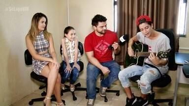 Fãs visitam a casa do cantor Andrius, que também vira 'Repórter Por 1 Dia' - Artista cearense entrevista os parceiros da Banda Fly.