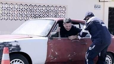 """Se Liga no Humor - Episódio: """"Carro Velho"""" - O carro pode não andar, mas a comédia roda solta."""