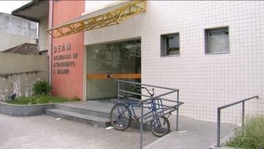 Vítima de estupro coletivo em São Gonçalo presta novo depoimento a polícia - Ela contou mais detalhes do crime e confirmou que pelo menos dez criminosos participaram dos abusos