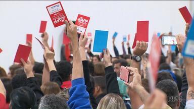 Por cinco votos de diferença, professores decidem manter a greve - Eles fizeram uma assembleia neste sábado (22) de manhã. O chefe da Casa Civil, Valdir Rossoni, disse que os professores que faltarem ao trabalho a partir de segunda-feira (24) terão o dia de trabalho descontado.