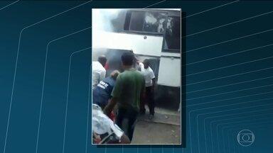 Ônibus bate em guarita na entrada do Hospital Cardoso Fontes - Veículo pega fogo logo após acidente