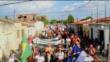Vaqueiros e criadores do Araripe protestaram contra a decisão do supremo - De acordo com a organização do movimento, cerca de duas mil pessoas se reuniram no parque de vaquejada Luiz Gonzaga, depois percorrem algumas ruas do centro da cidade.