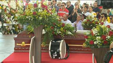 Familiares e amigos prestam últimas homenagens ao músico parafuso - As cinzas do corpo do músico foram levadas para o cemitério do Monte Santo.