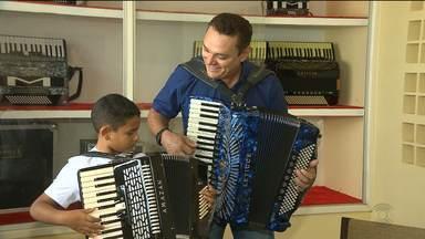 Amazan reencontra fã mirim e realiza mais um sonho do garoto - Veja esse reencontro na reportagem de Waléria Assunção.