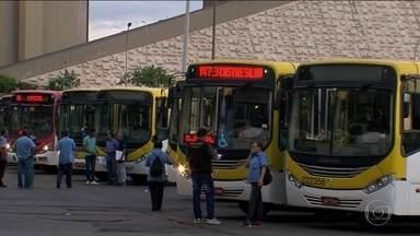 Pegar ônibus é sacrifício para passageiros em Brasília - As empresas de ônibus da capital do país já receberam mais de 7 mil multas e uma enxurrada de reclamações em 2016. Só que a punição pelos atrasos e ônibus em péssimas condições emperram na burocracia.