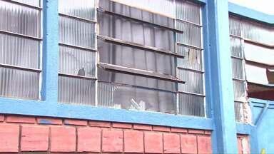 Cepas é invadido por vândalos durante a noite - Vândalos entraram no Centro Social, quebraram portas, vidros, janelas, computadores e bagunçaram muitas salas.