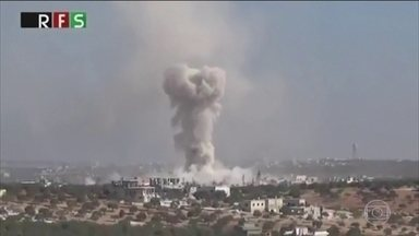 Ataque em Hass, na Síria, mata crianças que saíam da escola no momento do bombardeio - Hass é uma cidade dominada pelos rebeldes que lutam contra o governo sírio. Ativistas sírios disseram que as bombas caíram ao lado da escola, bem no local onde os alunos se reuniam.