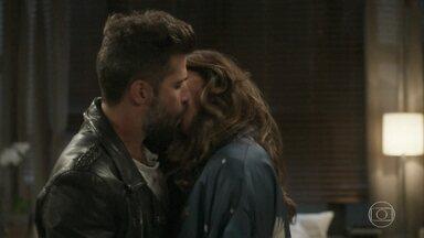 Alice e Mário se beijam - César acerta com Massao o esquema sobre a lavagem de dinheiro através da empresa de Tanaka