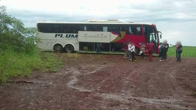 Ônibus de sacoleiros é assaltado na região de Mandaguari - O ônibus foi levado para uma estrada rural de Bom Sucesso