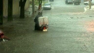 Araçatuba tem ruas alagadas por causa de chuva forte - A combinação de calor e nuvens carregadas provocou pancadas fortes de chuva na tarde desta quarta-feira (26) em algumas cidades da região noroeste paulista, principalmente em Araçatuba (SP).