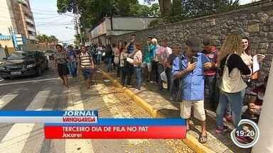 Pelo terceiro dia, PAT de Jacareí recebe centenas em busca de emprego - Candidatos disputam mais de 200 vagas que serão abertas por novo empreendimento na cidade