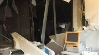 Bandidos invadem shopping e explodem caixas eletrônicos - Assaltantes chegaram a trocar tiros com seguranças do centro de compras.