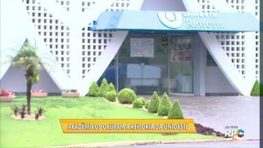 Estudantes da Unioeste ocupam a reitoria da universidade em Cascavel - A ocupação ocorreu no fim do dia. Os alunos disseram que vão dormir no prédio.