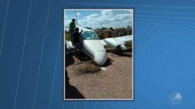 Avião com deputado e prefeito derrapa e sai da pista durante pouso - Acidente aconteceu na tarde desta quarta (26) na cidade de Coribe, no oeste baiano. Ninguém se feriu.