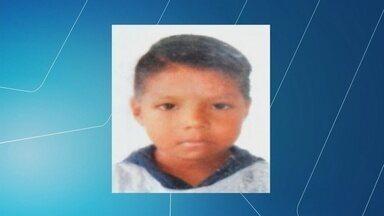 Corpo de menino que caiu em bueiro é encontrado em condomínio no AM - Menino de seis anos sumiu no domingo (23), em Manaus.