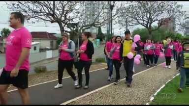 Caminhada lembra importância da prevenção do câncer de mama - Cerca de 100 pessoas participaram.