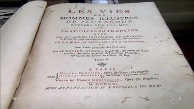 Polícia prende dois suspeitos de furtar livros raros em bibliotecas - Imagens das câmeras de segurança mostram os suspeitos folheando livros em uma área reservada da Biblioteca de Arquitetura e Urbanismo da USP. Com a dupla a polícia apreendeu várias publicações como um livro em cinco volumes publicado em 1731, em francês.