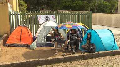Fãs do Guns N' Roses já estão acampados em frente à Pedreira para o show do dia 17 - Fãs de Curitiba e também de São Paulo já estão na fila, esperando pelo show.