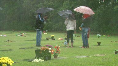 Chuva atrapalhou visitação nos cemitérios de Foz - Tempo abriu e movimento aumentou depois do meio dia