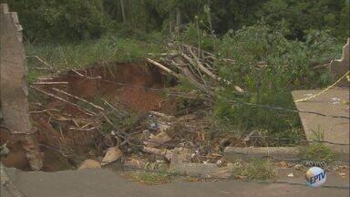 Duas semanas após temporal, cratera aberta em Mogi Guaçu coloca moradores em risco - Chuva do dia 20 de outubro derrubou o muro do Horto Municipal, e uma cratera se abriu no local.