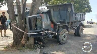 Motorista morre ao ser atropelado pelo próprio caminhão em São José - A cabine do veículo teria abaixado e arremessado o motorista para fora.