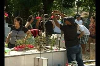 Movimentação é intensa nos cemitérios de Belém no Dia de Finados - Familiares lotam necrópoles da capital paraense nesta quarta (2) para prestar homenagens a parentes que já morreram.