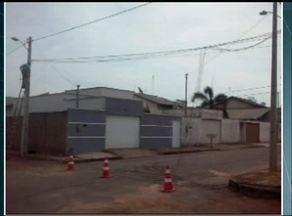 Empresa desfaz emaranhado de fios em rua de Gurupi - Empresa desfaz emaranhado de fios em rua de Gurupi