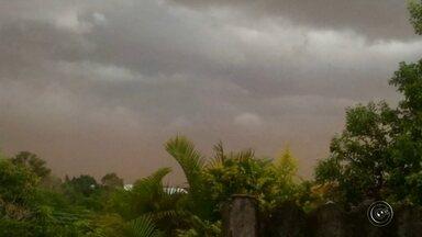 Chuva deixa estragos em cidades na região de Assis - A chuva que atingiu a região Centro-Oeste Paulista na tarde desta quarta-feira (2) causou estragos em algumas cidades. Em Assis (SP) as nuvens escuras cobriram a cidade e a chuva deixou pontos de alagamento. Na Vila Ribeiro, foi tanta água que a tubulação de água não suportou a pressão e virou um chafariz.