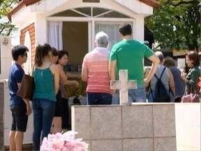Dia de Finados movimenta cemitérios da região - Milhares de pessoas foram aos locais prestar homenagens.