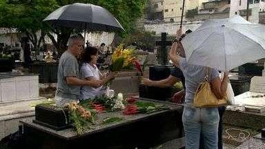 Cemitérios do ES ficam movimentados mesmo com chuva - Dia de Finados é nesta quarta-feira (2).