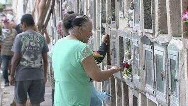 Cemitérios da região ficam cheios durante o feriado de Finados - Familiares aproveitaram data para visitar sepulturas em toda a Baixada Santista.